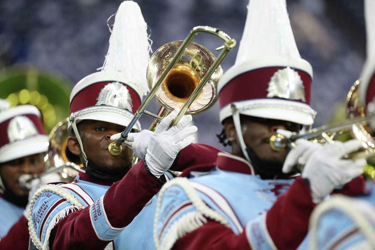 """Membres del Talladega College """"Tornats marxants"""" actuar durant la batalla nacional de les bandes a l'estadi NRG, el diumenge 29 d'agost de 2021, a Houston.  L'esdeveniment va ser creat per ser el millor tret de sortida del país a la temporada de bandes de desfilades de tardor, presentant noves actuacions de les principals bandes de música del país."""