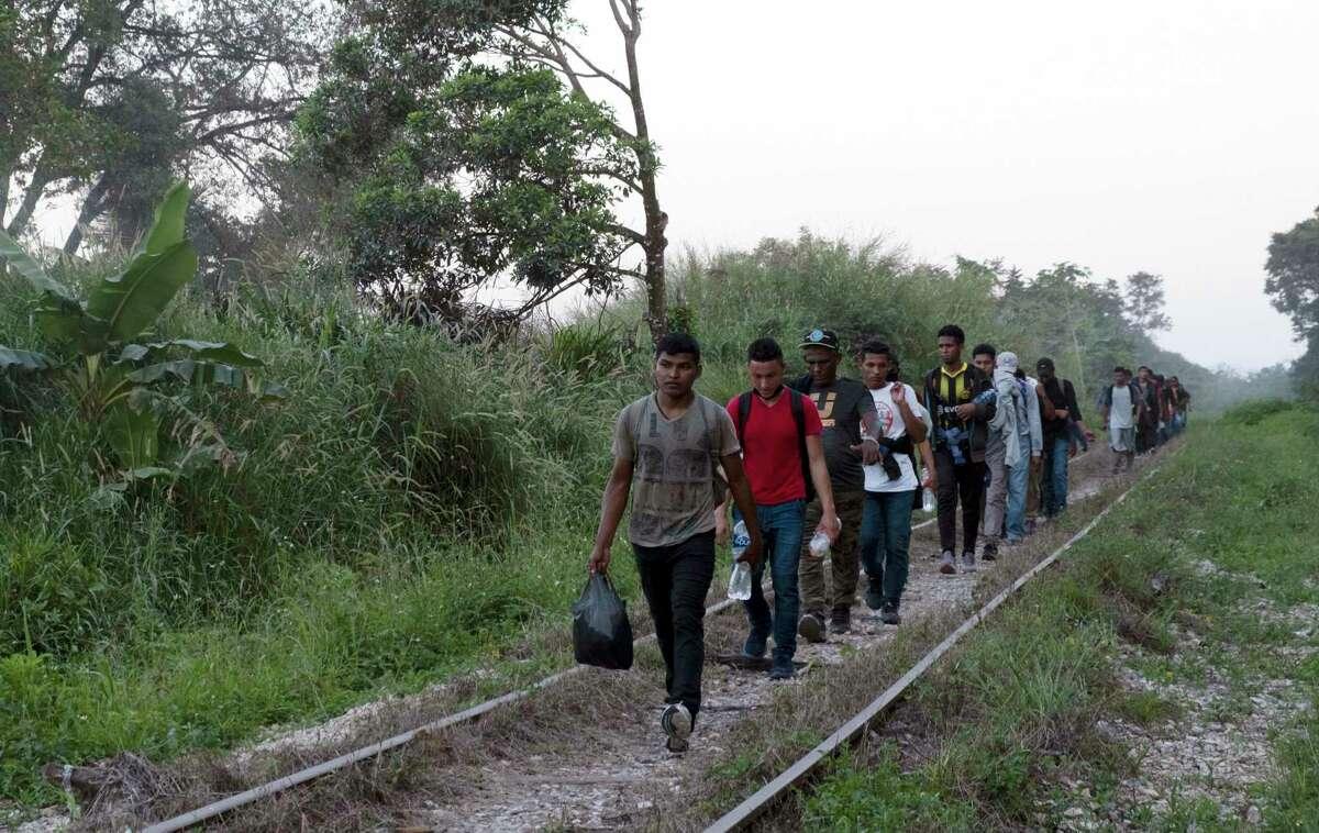 ARCHIVO- Migrantes caminan sobre las vías del tren en su viaje desde Centroamérica hacia la frontera con Estados Unidos en Chiapas, el miércoles 10 de febrero de 2021. El sábado, efectivos de la Guardia Nacional y del Instituto Nacional de Migración (INM) dispersaron a un grupo de varios centenares de migrantes, entre ellos muchos niños, que partió a pie de Tapachula, Chiapas.