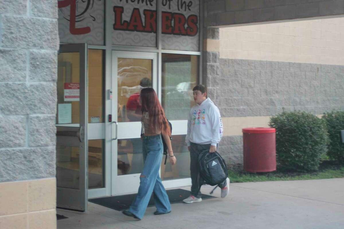 Students make their way into Bear Lake Schools on Monday morning. (Kyle Kotecki/News Advocate)