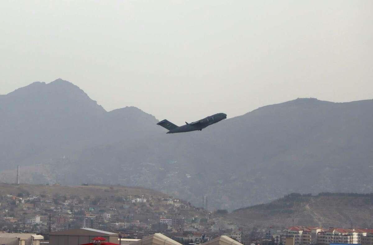 Un avión militar de EEUU despega del Aeropuerto Internacional Hamid Karzai, en Kabul, Afganistán, el lunes 30 de agosto de 2021.