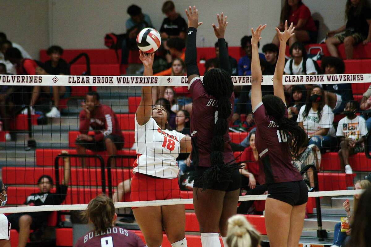Clear Brook's Olivia Hines (18) tries to hit a shot past Summer Creek's Aspen Maxwell (18) and Taylor Larkin (10) Tuesday at Clear Brook High School.
