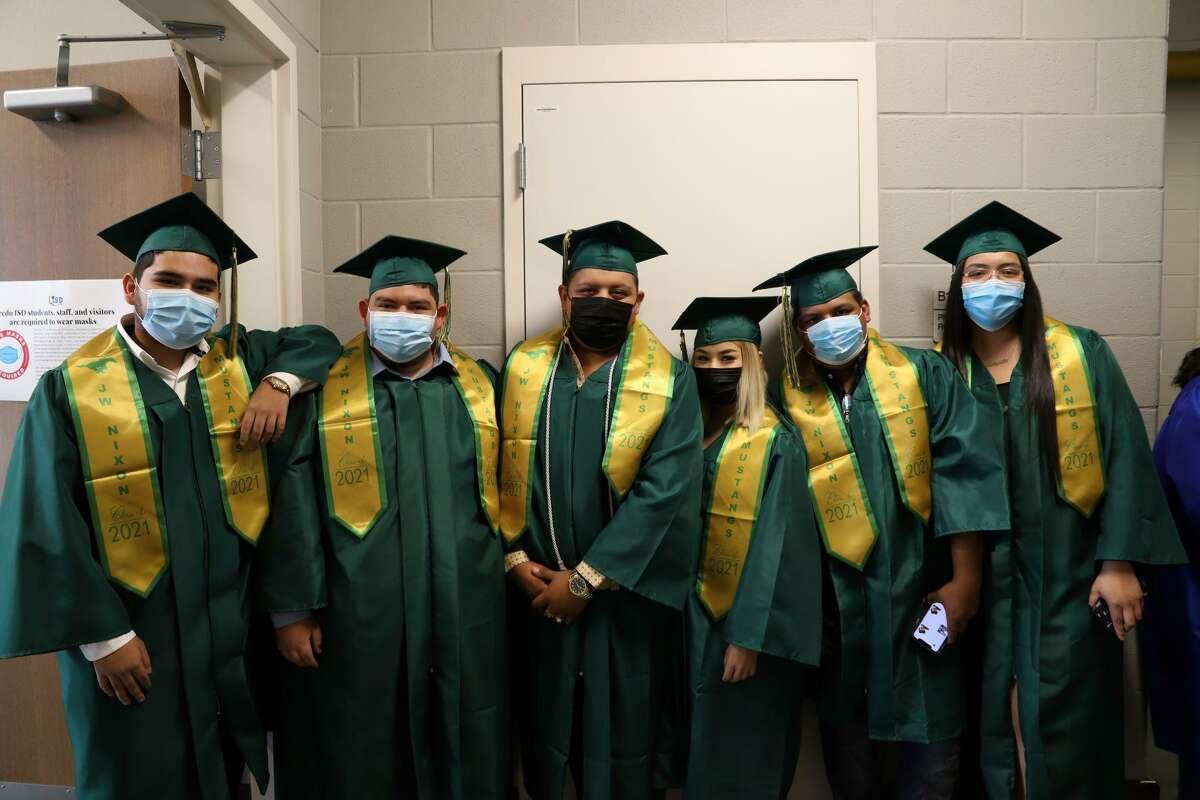 Estudiantes de Nixon High School posan para una fotografía durante la ceremonia de graduación el miércoles 25 de agosto de 2021.