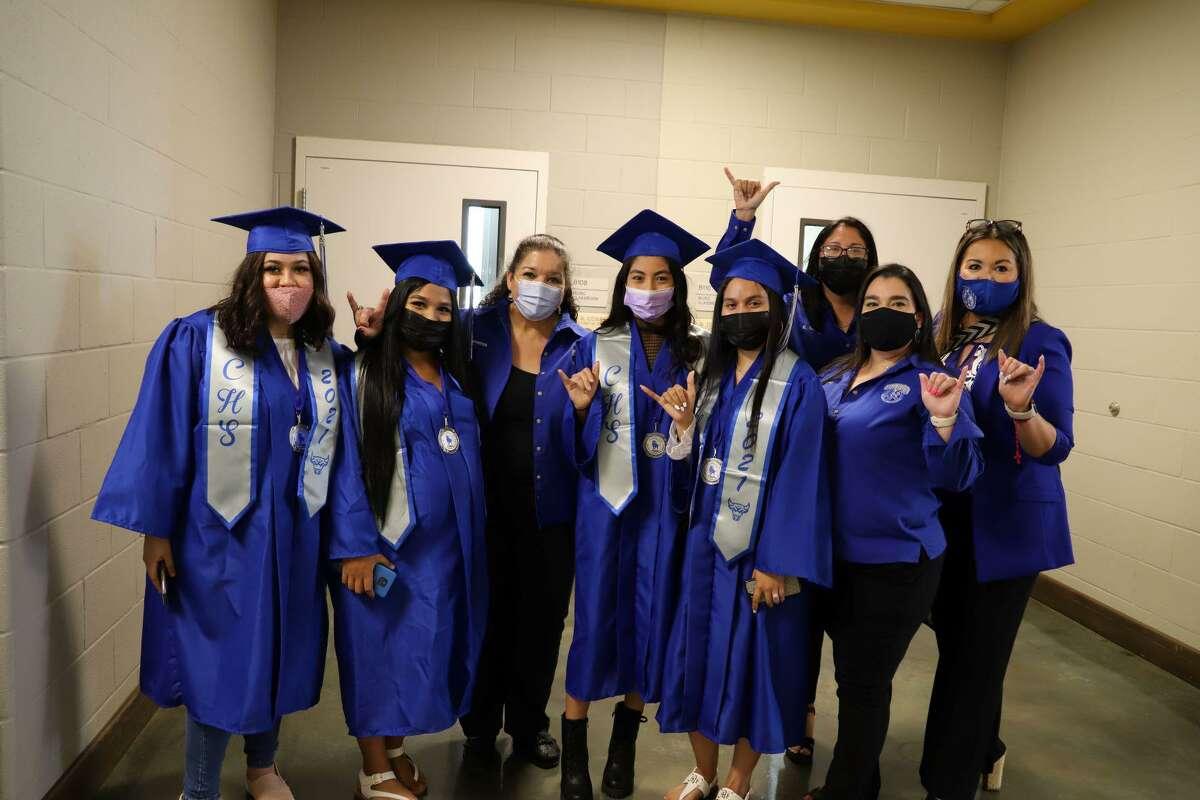 Estudiantes de Cigarroa High School posan para una fotografía durante una ceremonia de graduación para la generación del verano del 2021 el miércoles 25 de agosto de 2021, en el Auditorio de la Escuela de Comunicaciones y Bellas Artes Vidal M. Treviño.
