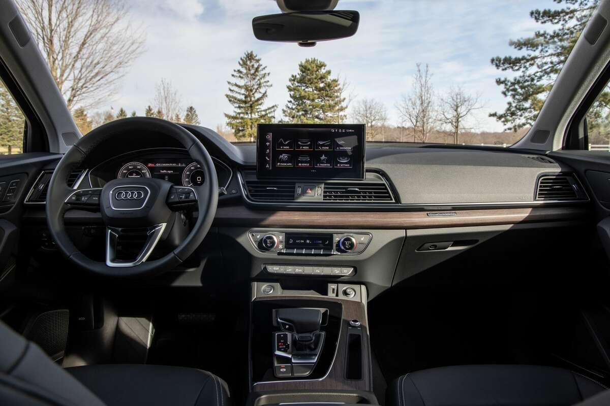 The 2021 Audi Q5 45 TFSI quattro has a 23 mpg city, 28 highway fuel economy.