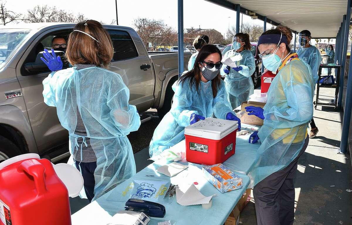 Enfermeros ayudan a distribuir la vacuna COVID-19 el lunes 1 de febrero de 2021 en Clark Elementary School durante el esfuerzo de vacunación del distrito escolar en colaboración con la Ciudad de Laredo.