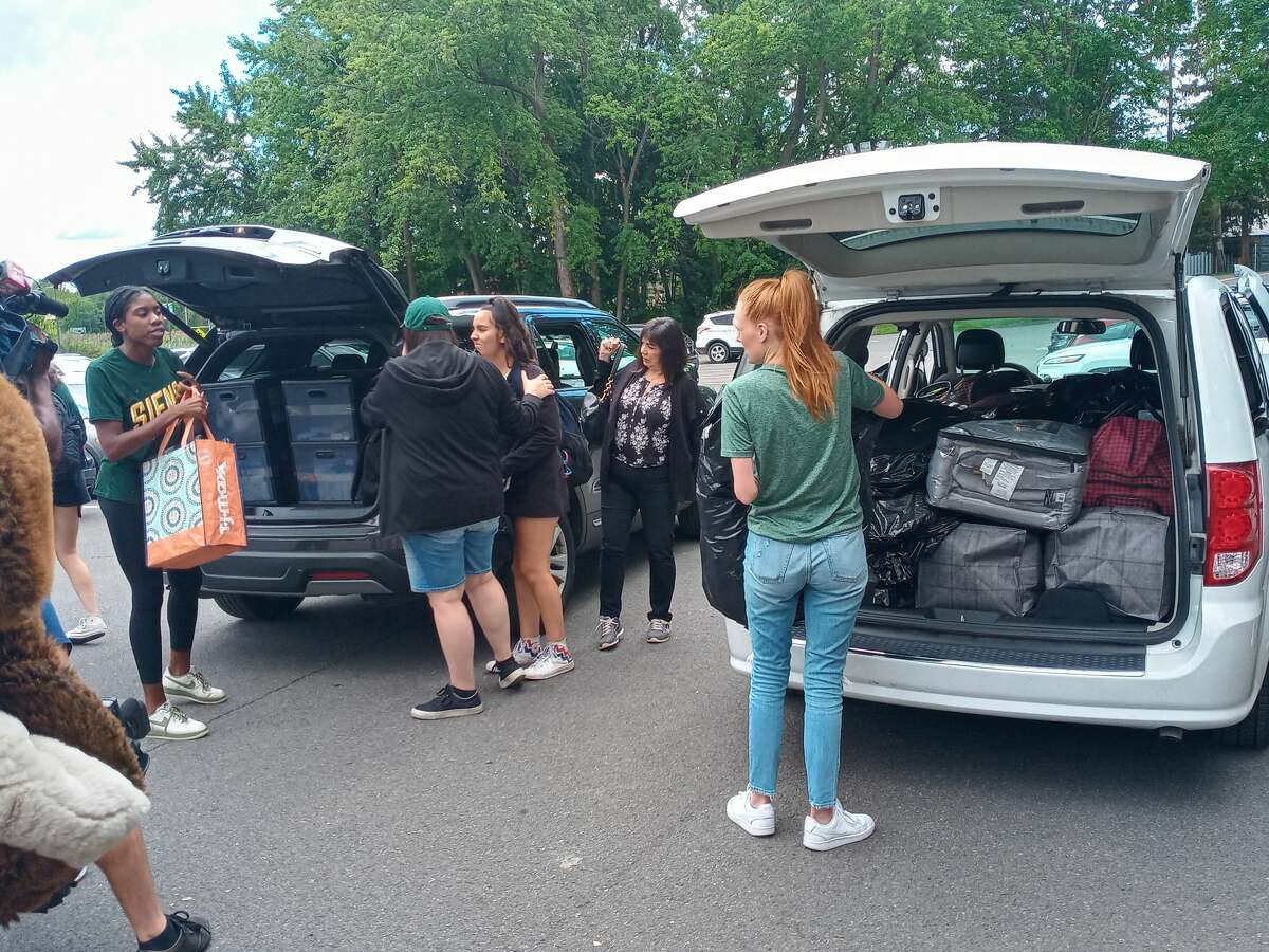 Upperclassmen at Siena College help the Filippone sisters move into Plassman Hall.
