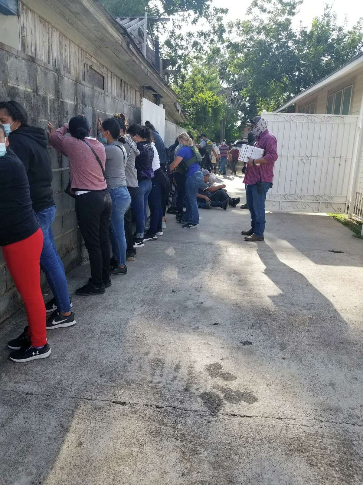 Local and federal authorities discovered more than 46 migrants in a west Laredo residence.