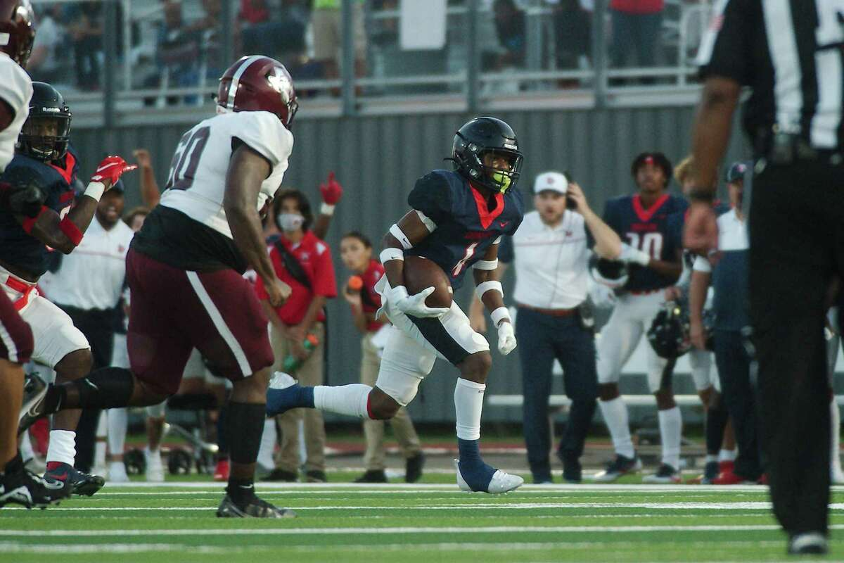 Dawson's Jaiden Walker (4) sprints down the sideline against Houston Heights Friday at Pearland Stadium.