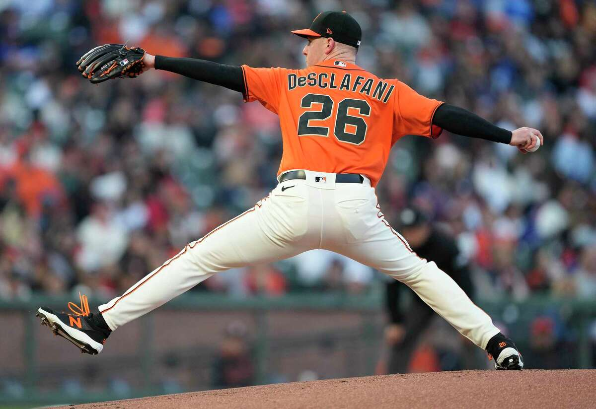 SAN FRANCISCO, CALIFORNIA - SEPTEMBER 03: Anthony DeSclafani #26 of the San Francisco Giants pitches against the Los Angeles Dodgers in the top of the first inning at Oracle Park on September 03, 2021 in San Francisco, California. (Photo by Thearon W. Henderson/Getty Images)
