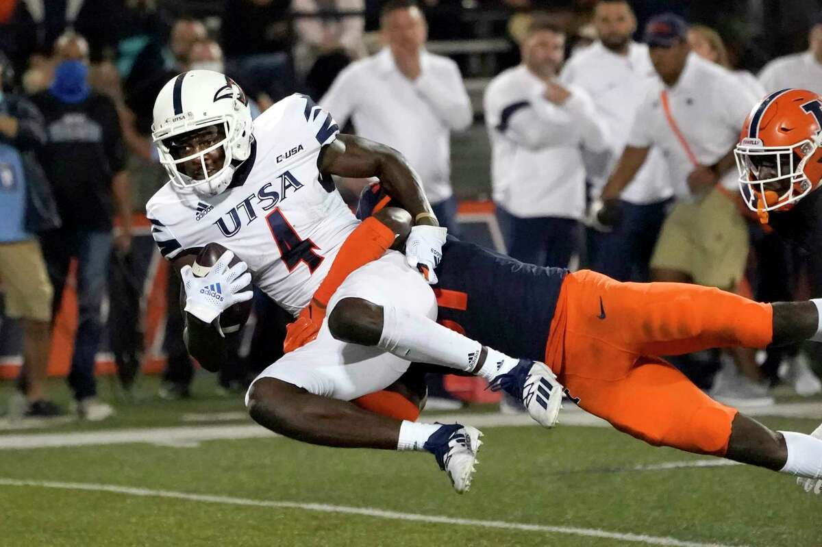 UTSA's Zakhari Franklin (4) catches a pass from quarterback Frank Harris as Illinois defensive back Devon Witherspoon (31) defends during the first half of an NCAA college football game Saturday, Sept. 4, 2021, in Champaign, Ill.