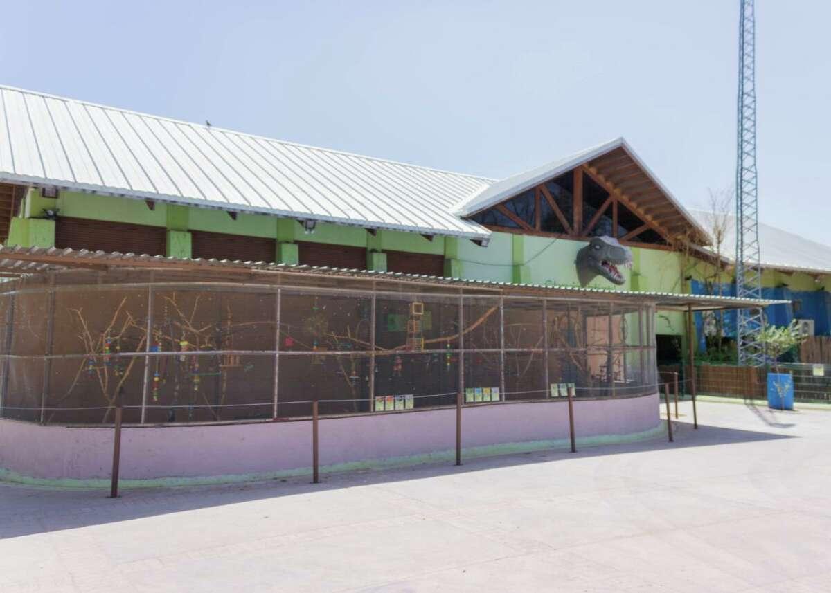 Dos nuevos recintos para aves fueron construidos en el Zoológico de Nuevo Laredo. El nuevo sitio albergará 24 ejemplares de distintas especies que fueron donados al zoológico el año pasado.