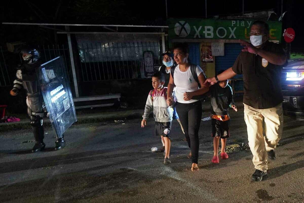 Agentes de inmigración mexicanos detienen a migrantes centroamericanos que forman parte de una caravana que se dirige hacia el norte desde Huixtla, estado de Chiapas, México, el domingo 5 de septiembre de 2021.