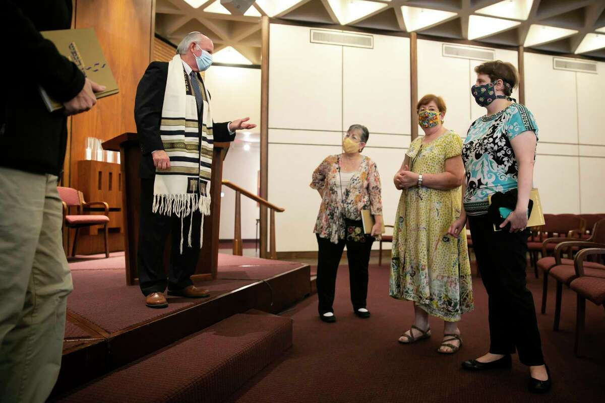 Rabbi Robert Loewy, rabbi emeritus of Congregation Gates of Prayer, in Metairie, La., chats with Rash Hashanah service attendees at Congregation Emanu El in Houston on Tuesday, Sept. 7, 2021.