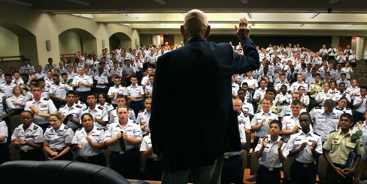 """Richard """"Dick"""" Cole, the co-pilot who flew beside Lt. Col Jimmy Doolittle during the legendary 1942 raid over Tokyo, speaks to high school students at the JROTC Summer Leadership School at the UTSA Main Campus in 2008. BOB OWEN/rowen@express-news.net"""