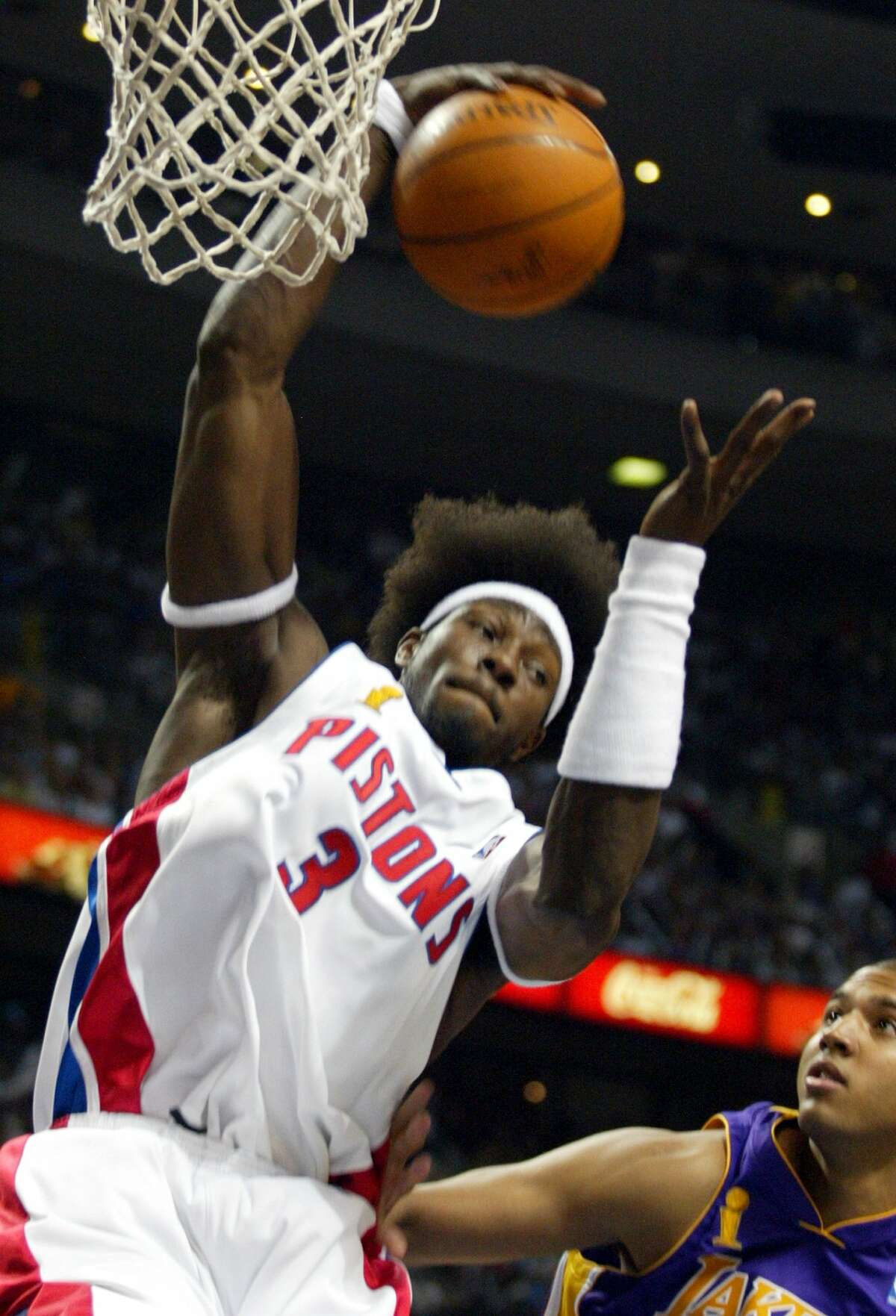 -- NO MAGS, NO SALES -- KRT SPORTS STORY SLUGGED: LAKERS-PISTONS KRT PHOTO BY MICHAEL GOULDING/ORANGE COUNTY REGISTER (L.A. TIMES OUT) (June 15) AUBURN HILLS, MI -- Detroit's Ben Wallace pulls down a rebound over LA's Brian Cook in the first quarter of Game 5 of the NBA Finals at the Palace of Auburn Hills in Auburn Hills, Michigan, on June 15, 2004. (mvw) 2004