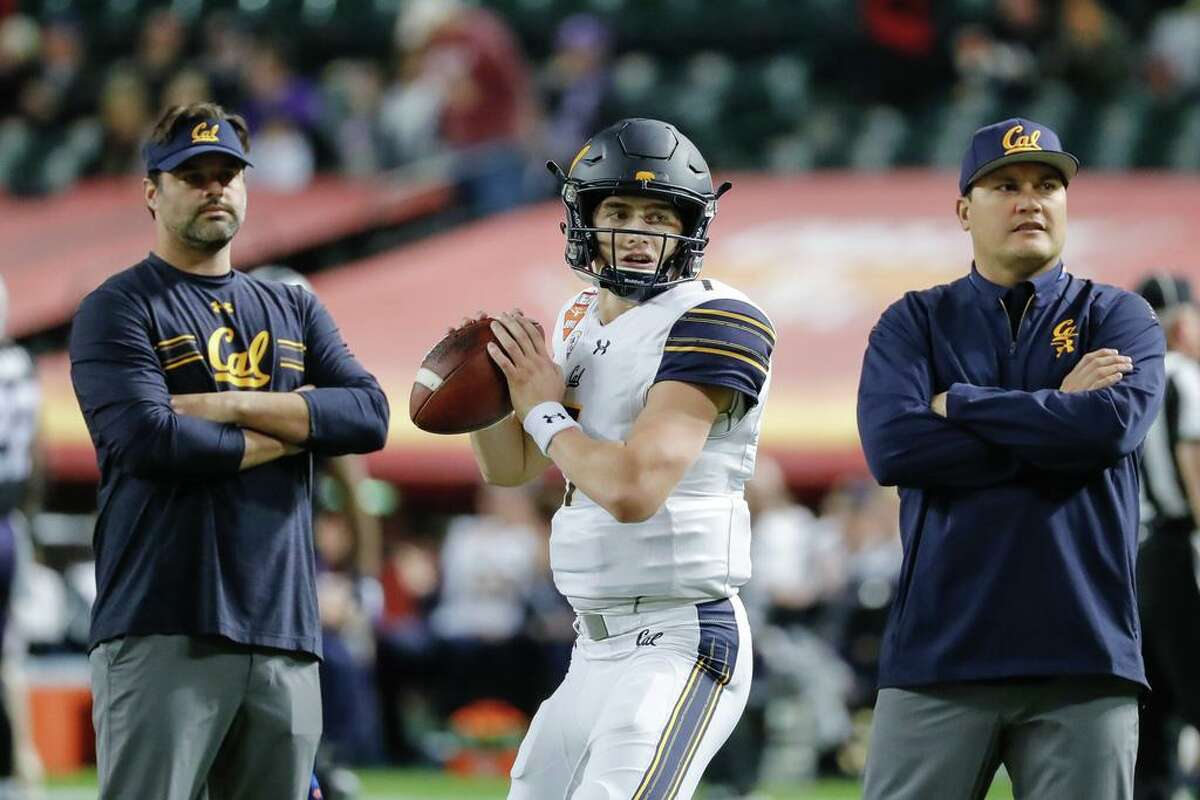 PHOENIX, AZ - DECEMBER 26: California Golden Bears quarterback Chase Garbers (7) warms up surrounded by coaches during the Cheez-It Bowl between the California Golden Bears and the TCU Horned Frogs on December 26, 2018 at Chase Field in Phoenix, Arizona. (Photo by Kevin Abele/Icon Sportswire via Getty Images)