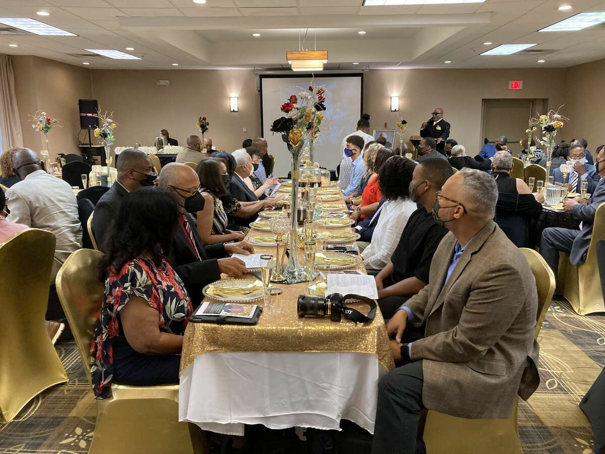 The family of Rev. Robert Dixon, former pastor of Mount Calvary Baptist Church, gathers for his 100th birthday Saturday.