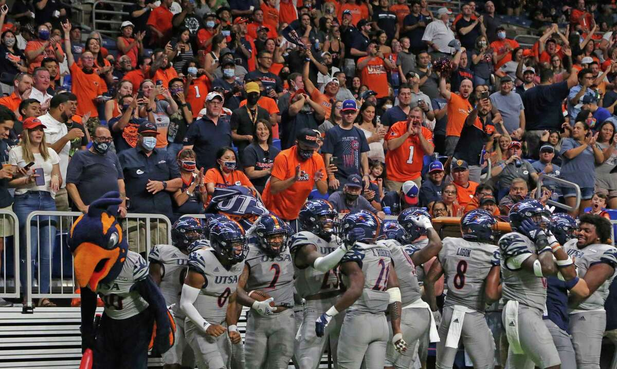 UTSA fans and teammates celebrate after a touchdown on a fumble recovery by Charles Wiley. UTSA v Lamar on Friday, Sept.11 2021.