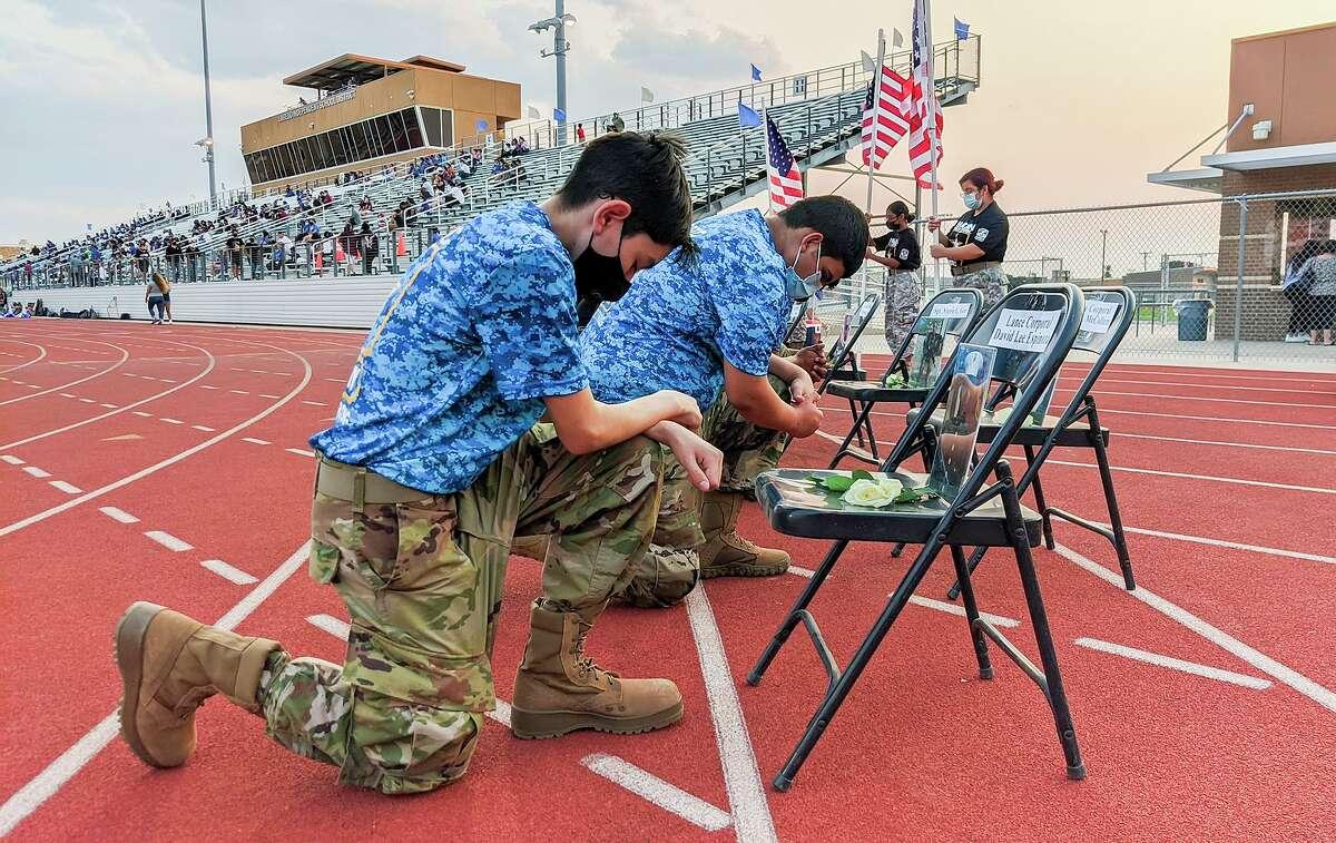 Estudiantes de JROTC de Martin, Cigarroa y Nixon High Schools rinden tributo al infante de Marines David Lee Espinoza y otros 12 miembros que perdieron la vida en los ataques de Kabul, Afganistán, el viernes 10 de septiembre de 2021 en Shirley Field.