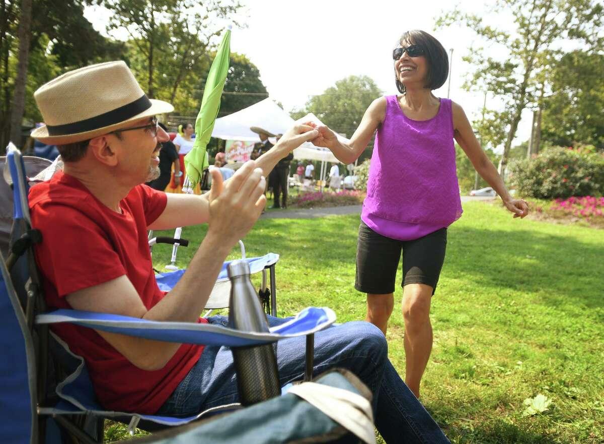 Felix y Brunie Arbelo, de Stratford, se mueven al ritmo de la música en el Festival de Música Latina de Stratford en Paradise Green en Stratford, Connecticut, el domingo 12 de septiembre de 2021.