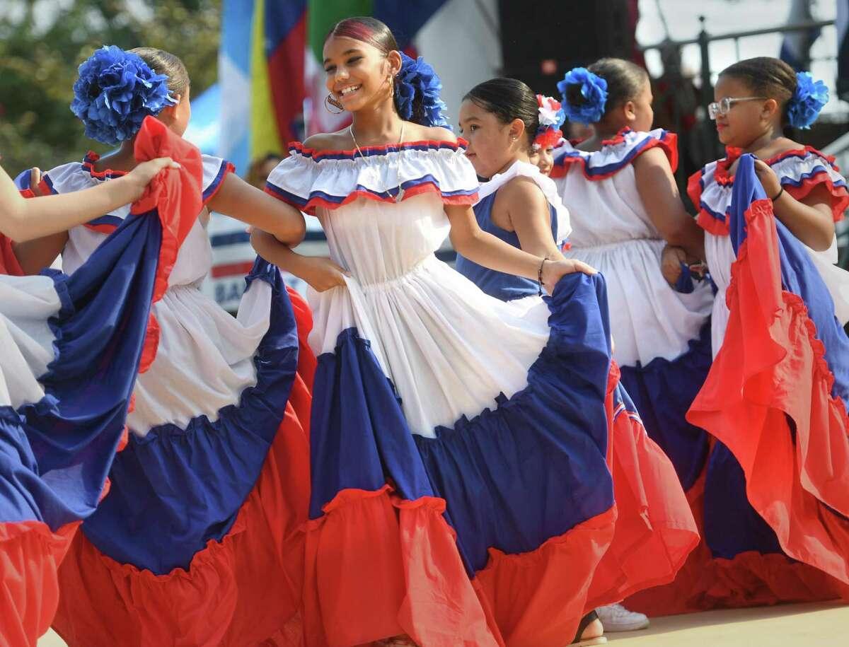 Bailarines del Ballet Folklórico Dominicano realizan danza tradicional dominicana en el Festival de Música Latina de Stratford en Paradise Green en Stratford, Connecticut, el domingo 12 de septiembre de 2021.