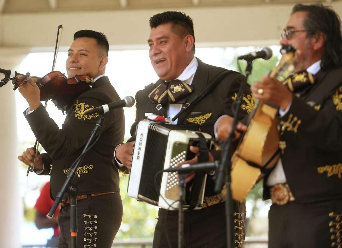 El grupo de mariachis mexicano Margarito Mariachi se presenta en el Festival de Música Latina de Stratford en Paradise Green en Stratford, Connecticut, el domingo 12 de septiembre de 2021.