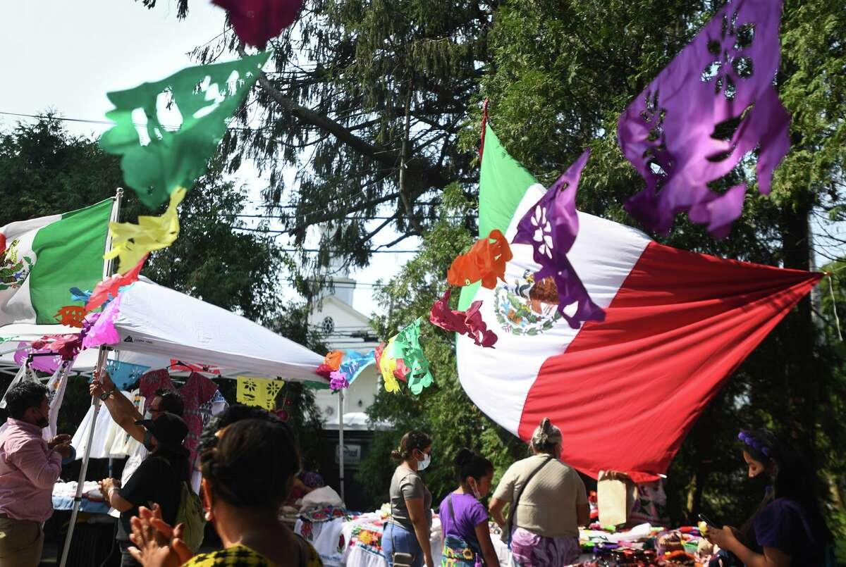 Los puestos ofrecen artesanías de países latinos en el Festival de Música Latina de Stratford en Paradise Green en Stratford, Connecticut, el domingo 12 de septiembre de 2021.