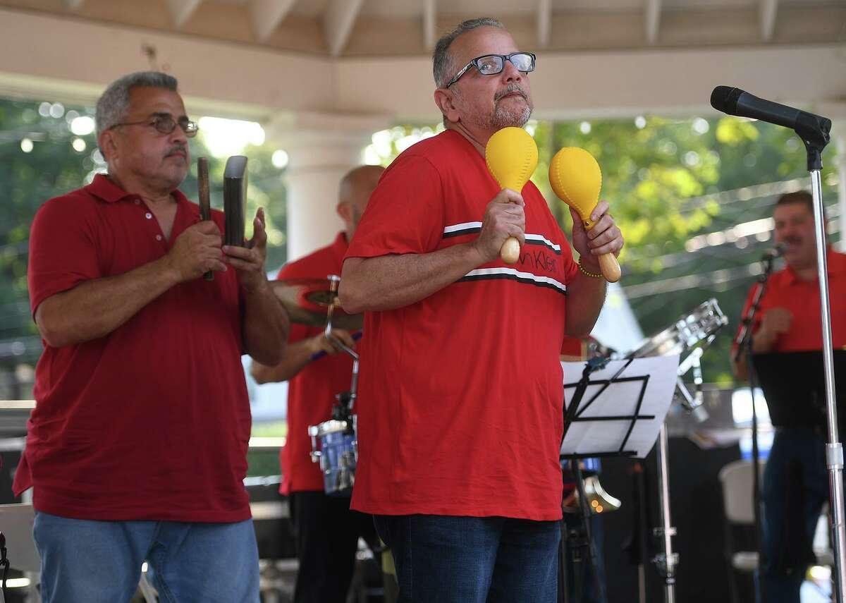 La banda de salsa Orquestra Afinke se presenta en el Festival de Música Latina de Stratford en Paradise Green en Stratford, Connecticut, el domingo 12 de septiembre de 2021.