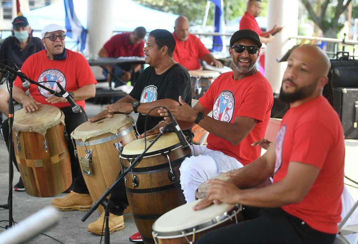 El grupo puertorriqueño de bomba Movimiento Cultural Afro-Continental se presenta en el Festival de Música Latina de Stratford en Paradise Green en Stratford, Connecticut, el domingo 12 de septiembre de 2021.