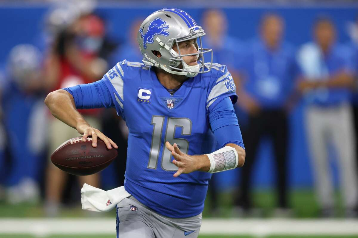 Jared Goff #16 of the Detroit Lions plays against the San Francisco 49ers at Ford Field on September 12, 2021 in Detroit, Michigan. (Photo by Gregory Shamus/Getty Images)