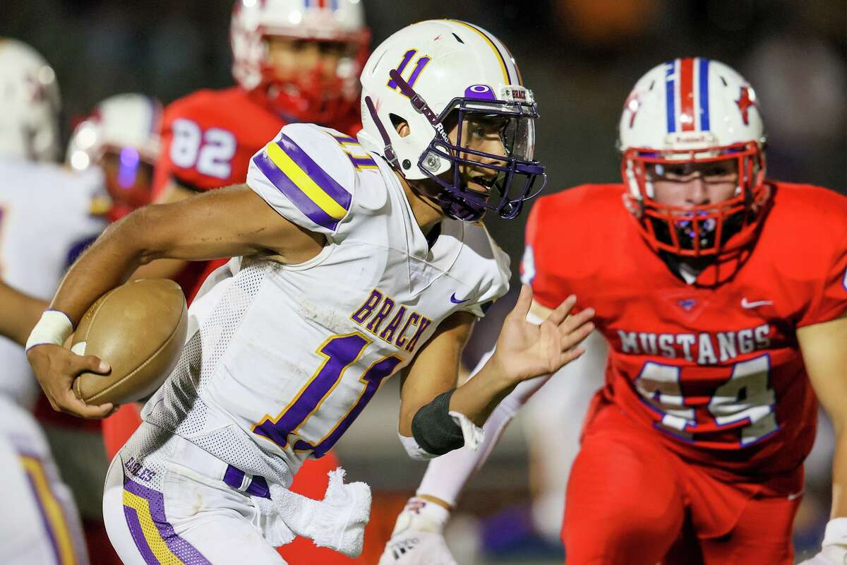 Brackenridge quarterback Richard Lopez keeps the ball to pick up yardage during the second half of their game with Jefferson on Sept. 9.