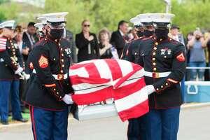 Miembros de los Marines de los Estados Unidos trasladan el cuerpo del infante de los Marines, David Lee Espinoza, al lugar de su descanso final, el lunes 13 de septiembre de 2021, en el Cementerio de la Ciudad de Laredo.