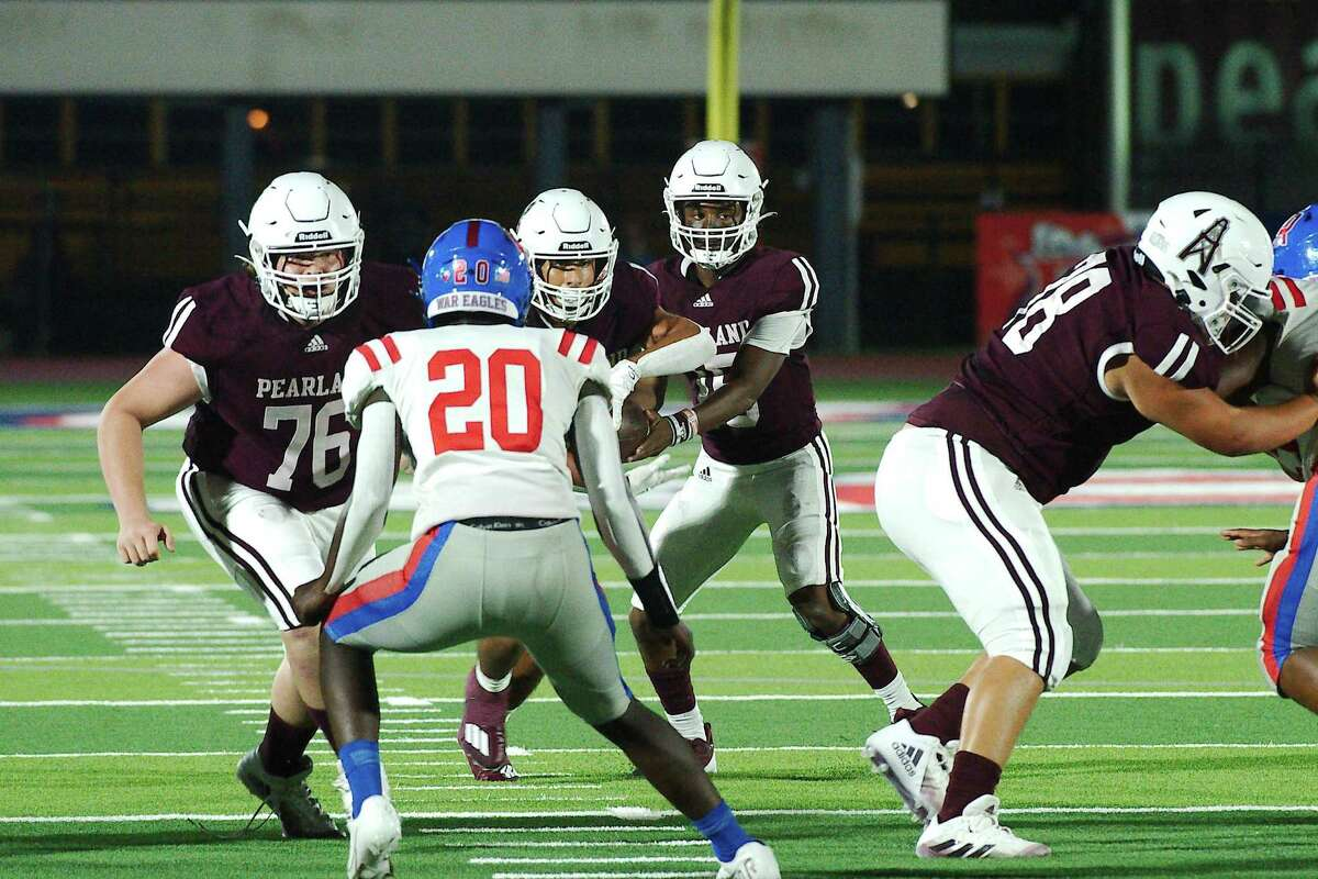 Pearland's Jackson Hamilton (15) hands off to Dominic Serna (6) during the Oilers' 36-33 win over Conroe Oak Ridge this past Friday.