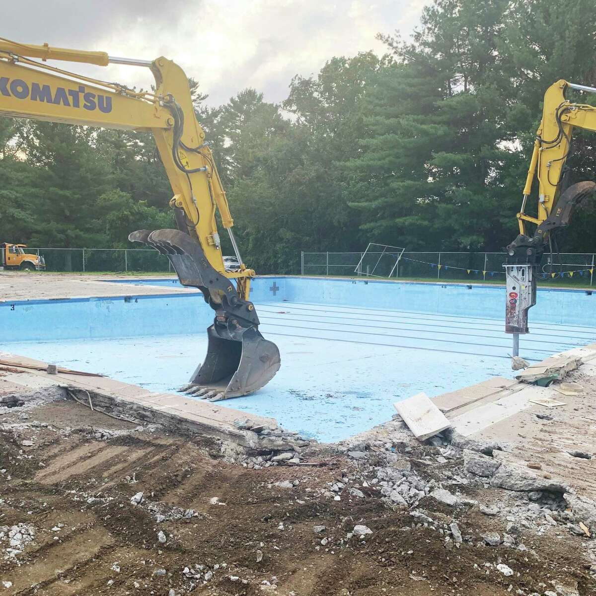 The demolition of the Veterans Memorial Pool on Walnut Grove Road in Middletown began on September 8, a project expected to cost $ 2 million.  The site will be transformed into a state-of-the-art facility accessible to ADA, with a new public bath, pavilion, addition of a wading pool, larger pool and more.