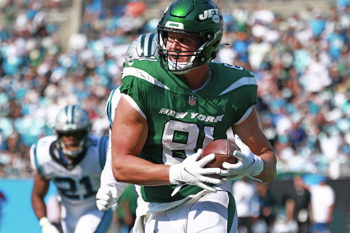 CHARLOTTE, NORTH CAROLINA - SEPTEMBER 12: Tyler Kroft #81 of the New York Jets runs with the ball after a reception against the Carolina Panthers at Bank of America Stadium on September 12, 2021 in Charlotte, North Carolina. (Photo by Grant Halverson/Getty Images)