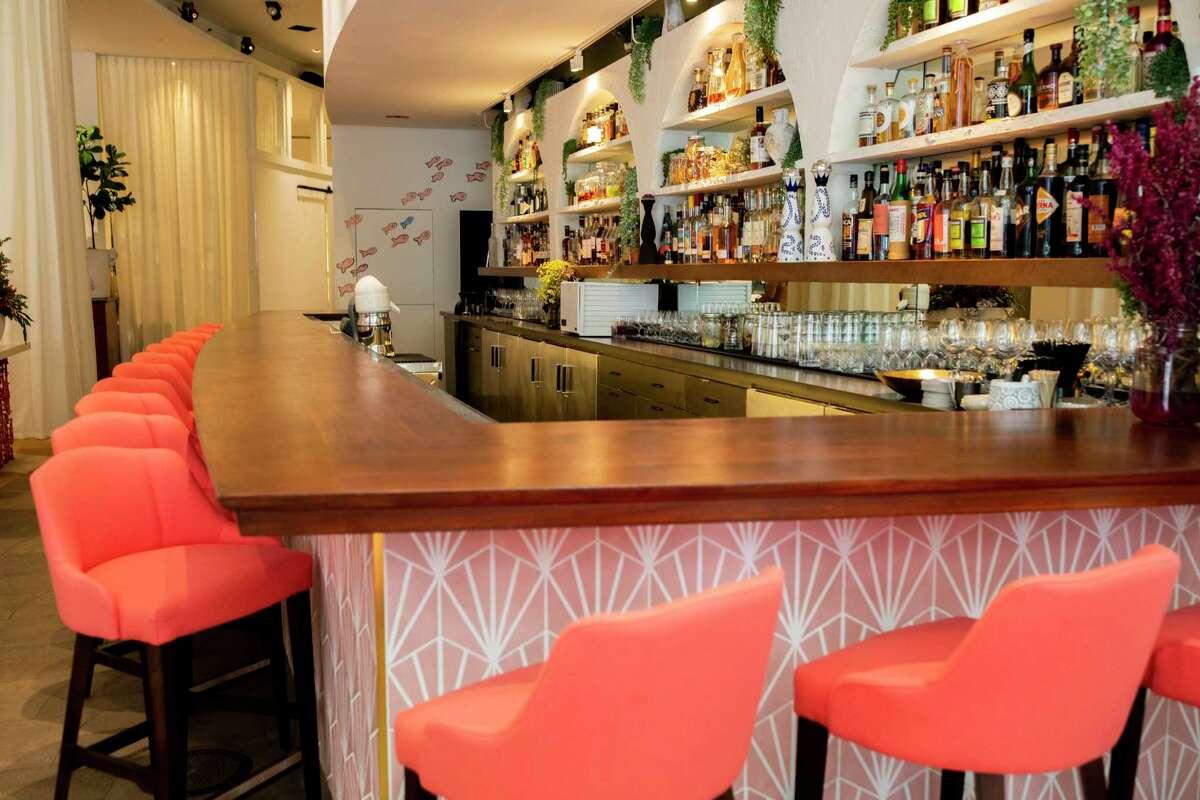 Το μπαρ στο Estiatorio Ornos είναι διακοσμημένο με πινελιές κοραλλιών.