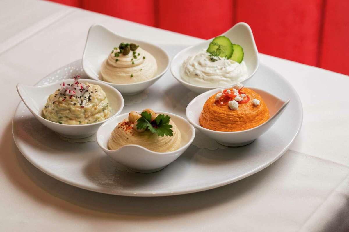 Τα ελληνικά spreads είναι ένας τέλειος τρόπος για να ξεκινήσετε ένα γεύμα στο Estiatorio Ornos, σύμφωνα με τους ιδιοκτήτες.