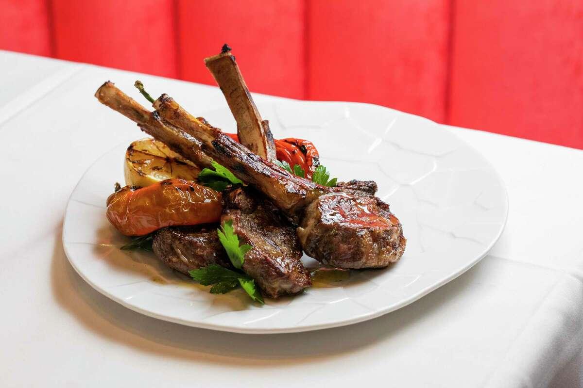 Ενώ το Estiatorio Ornos επικεντρώνεται στα θαλασσινά, το Σαν Φρανσίσκο σερβίρει επίσης κλασικά ελληνικά κρέατα, όπως μπριζόλες αρνιού.