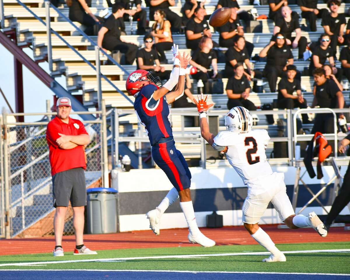 Plainview's Damien Valenzuela brings in the 19-yard touchdown catch over Dumas defender Hunter Coaly.