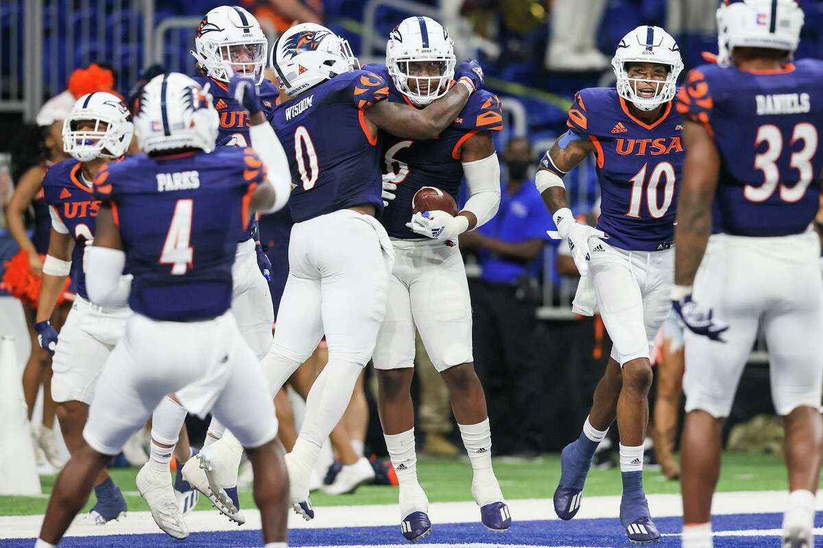 Lorenzo Dantzler (6) is congratulated by Rashad Wisdom after his 3-yard fumble recovery for a touchdown during the second half of their opening Conference USA football game with Middle Tennessee at the Alamodome on Saturday, Sept. 18, 2021. UTSA beat Middle Tennessee 27-13.