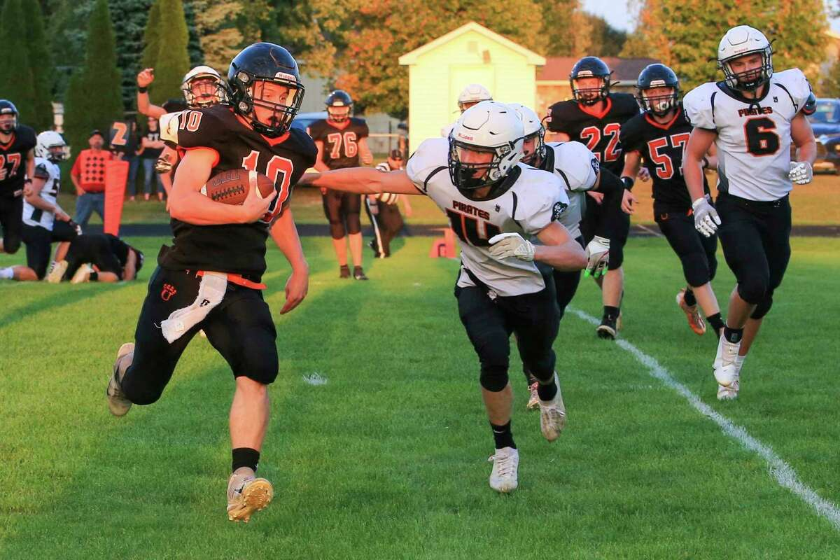 Ubly's Evan Peruski (10) runs the ball early against Harbor Beach.(Eric Young/Huron Daily Tribune)
