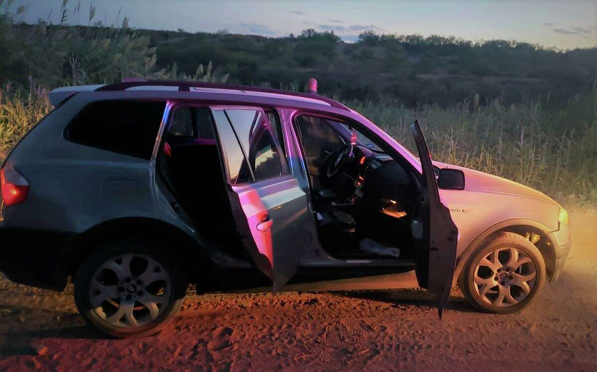 U.S. Border Patrol agents said this vehicle was left abandoned with five migrants near the Rio Grande.