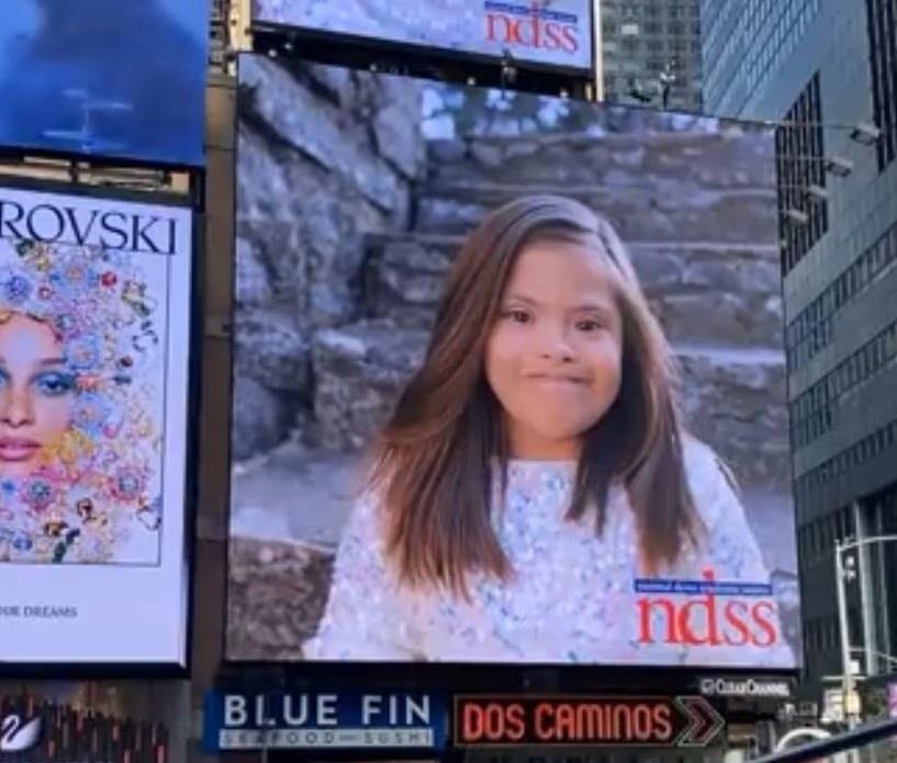 Reaksi gadis San Antonio saat melihat dirinya di Times Square