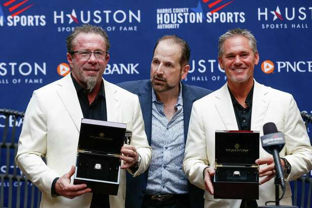 Former Houston Astros players Jeff Bagwell, left, and Craig Biggio, right, were presented with their rings after being inducted into the Houston Sports Hall of Fame at the GreenStreet Promenade on Tuesday, Sept. 21, 2021, in Houston.