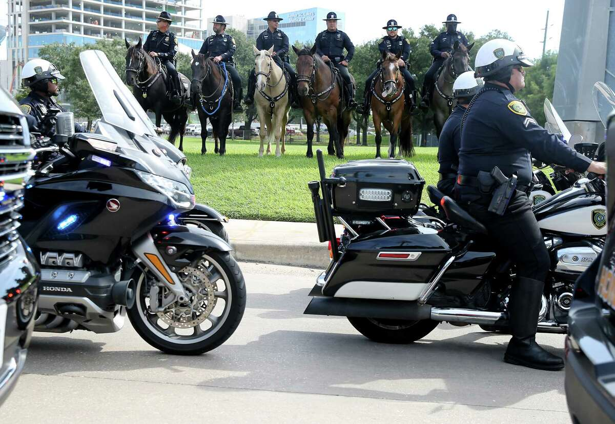 """HPD commanders and officers line up to escort the body of fallen Senior Police Officer William """"Bill"""" Jeffrey from the Harris County Institute of Forensic in Houston on Wednesday, Sept. 22, 2021."""
