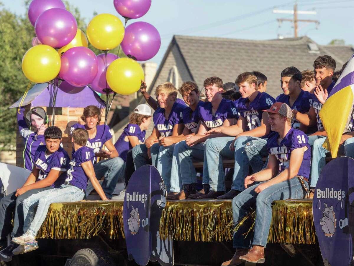 Midland High homecoming parade makes its way 09/23/2021 east down Illinois Ave., toward Memorial Stadium. Tim Fischer/Reporter-Telegram