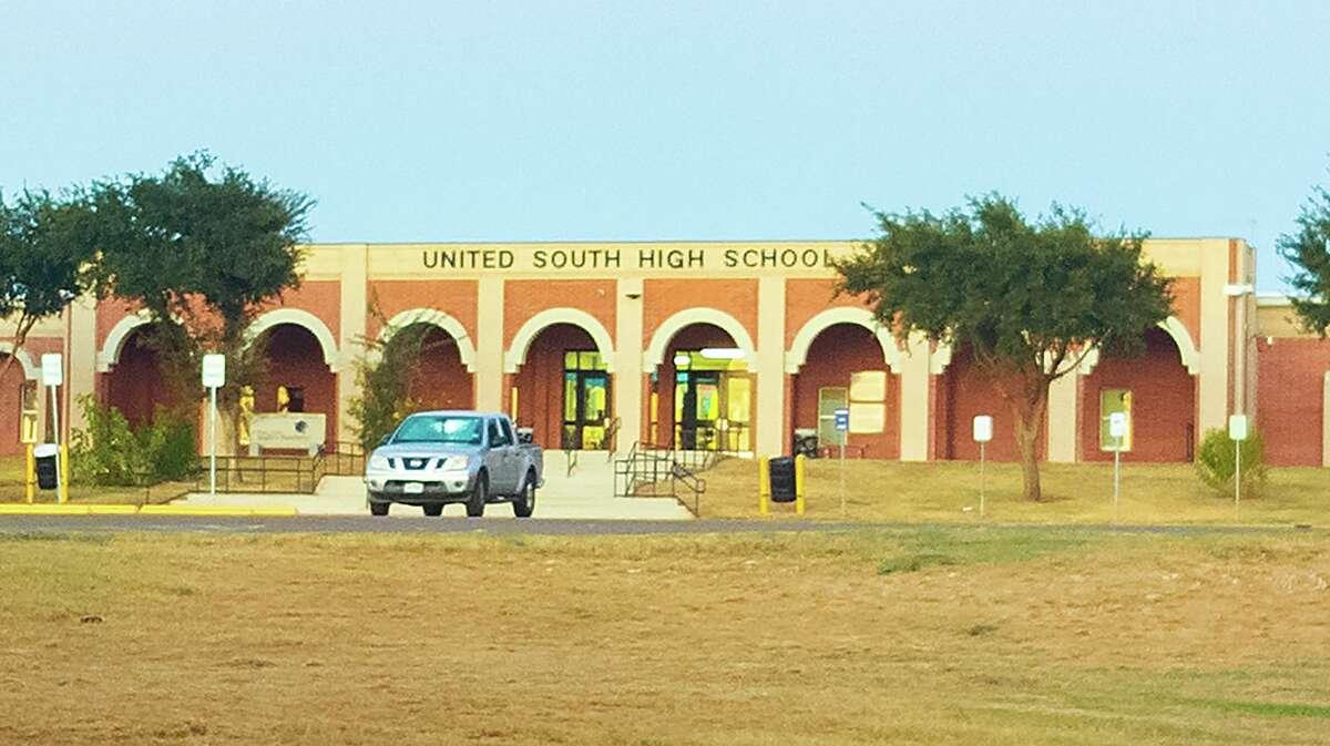 Vista exterior de la preparatoria United South High School desde la avenida México, el miércoles 22 de septiembre de 2021.