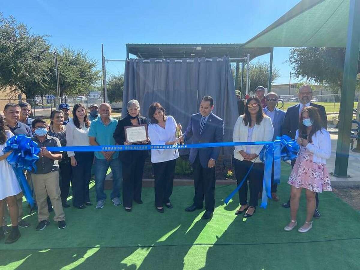 Llevan a cabo ceremonia de corte de liston en el nuevo parque Armando Cisneros ubicado en 2902 Tilden Ave.