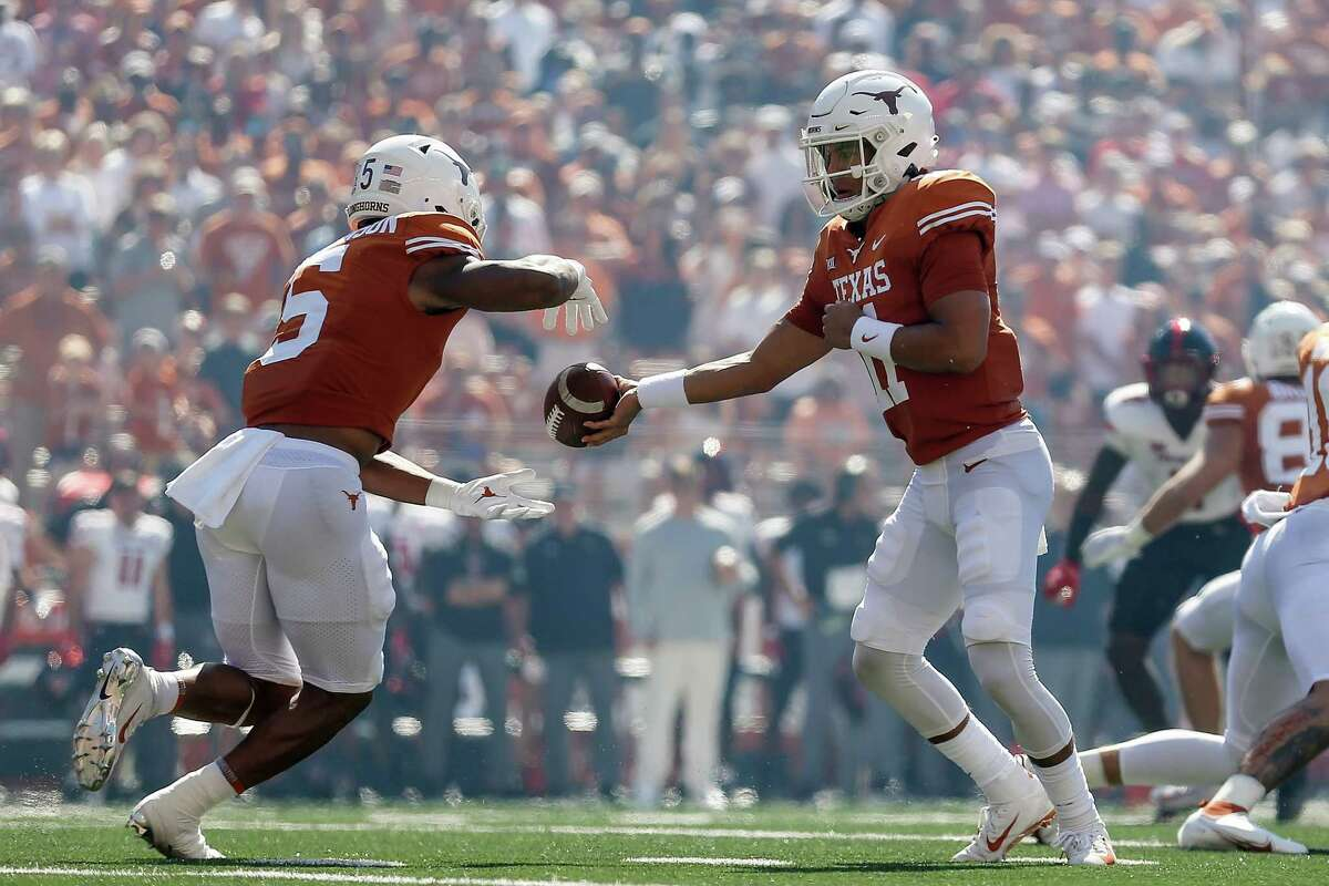 AUSTIN, TEXAS - SEPTEMBER 25: Casey Thompson #11 of the Texas Longhorns hands off to Bijan Robinson #5 in the first quarter against the Texas Tech Red Raiders at Darrell K Royal-Texas Memorial Stadium on September 25, 2021 in Austin, Texas.