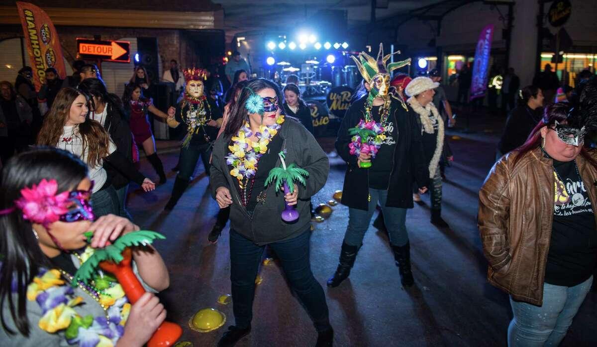 ARCHIVO- Asistentes del UETA Jamboozie vestidos al estilo Mardi Gras bailan el sábado 28 de enero de 2017. Laredo recientemente recibió la designación de Distrito Cultura por parte de la Comisión de las Artes en Texas.